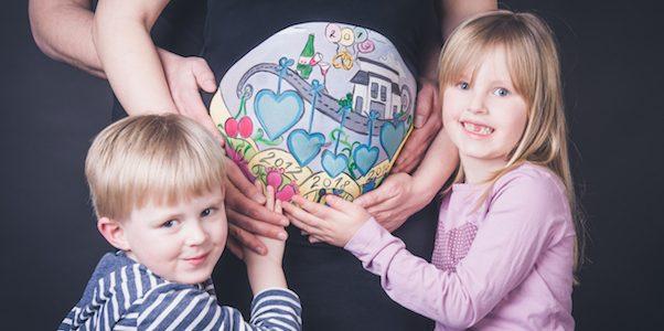 Bauchmalerei mit Geschwistern aus Hannover