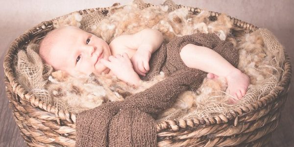 aufgewecktes neugeborenes Baby