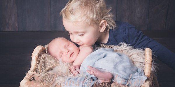 Bruder und Schwester bei den Babyfotos aus Braunschweig