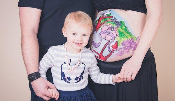 bunt bemalter Babybauch im Atelier Kunstgeschehen